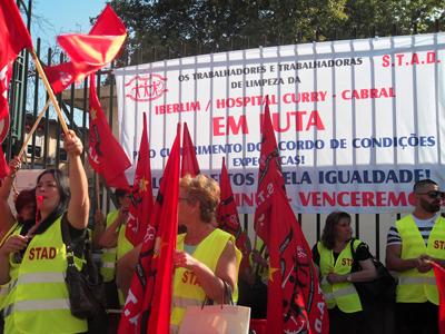 Concentração dos trabalhadores da empresa Iberlim que efectuam a limpeza do Hospital Curry Cabral